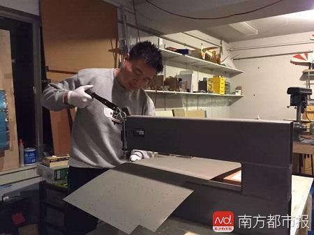 李湘宏在车库里进行锻压钻孔.jpg