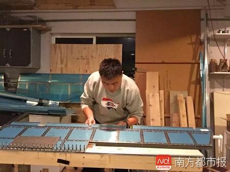 李湘宏在组装升降舵.jpg