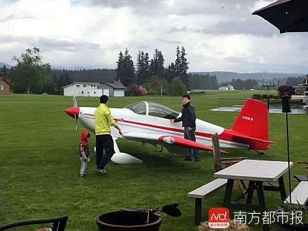 李湘宏和他自己造的飞机.jpg