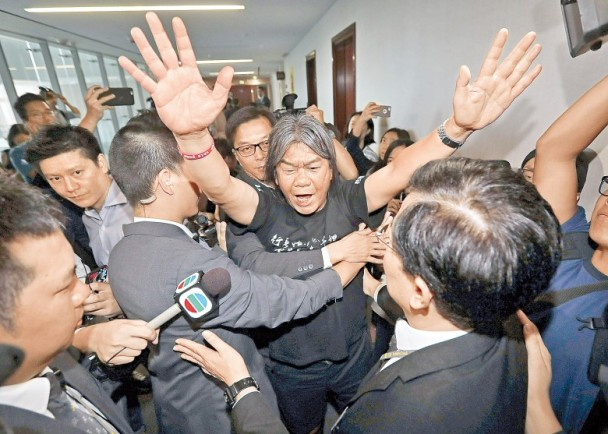 香港4名前辱国议员强闯立法会 若涉罪最高可囚7年