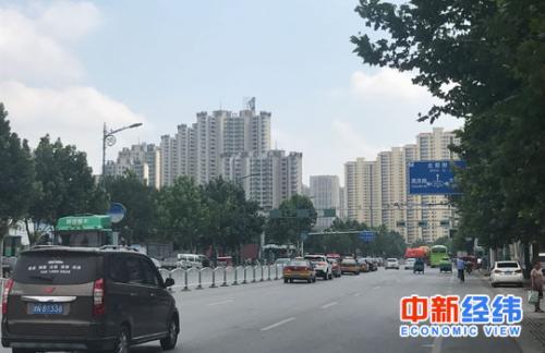图:燕顺路上作为燕郊售楼一条街,小区众多。中新经纬刘雪玉摄