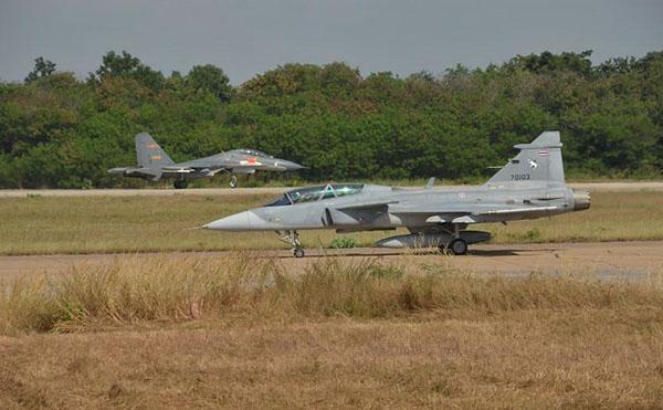 中国6架歼-10A飞抵泰国 将与鹰狮战斗机一决雌雄
