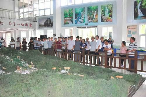 青天河景区班子成员走进重渡沟景区学习考察农家宾馆建设经验