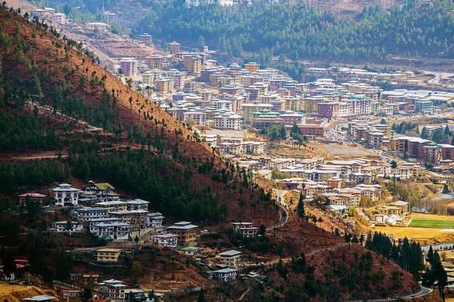 "Pic  Flickr@Tudorica Alexandru 被誉为""快乐国""美誉的不丹王国首都延布,位于喜马拉雅山脉,濒临旺曲河谷,是一座没有高楼大厦、以山清水秀与独特的文化而令人向往的宗教城市,延布的名胜多为庙宇与宗教色彩的城堡。"