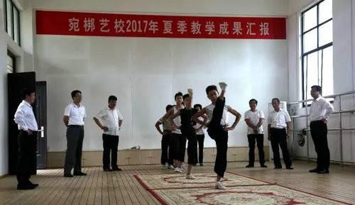 内乡县衙博物馆馆长王晓杰带队到宛梆艺校看望慰问师生