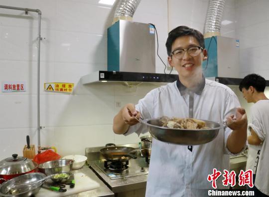 新生何欣佳完成人生中第一道菜——水煮酸菜鱼魏佩摄