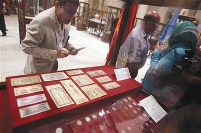 8月27日,在埃及首都开罗的埃及国家博物馆,观众参观埃及文物部向中国驻埃使馆转交的文物。新华社发