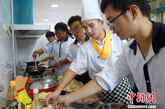 烹调师巡回指导学生做菜肖亚慧摄