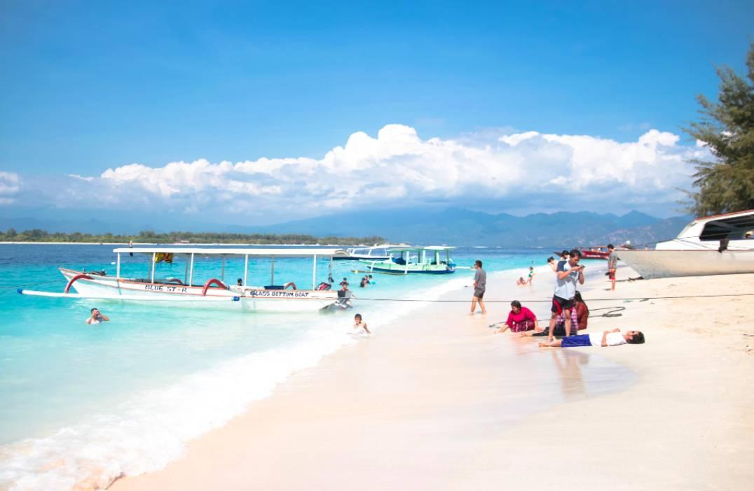 龙目岛是印尼小巽他群岛中的一个岛屿,既有印尼最高的山峰之一的