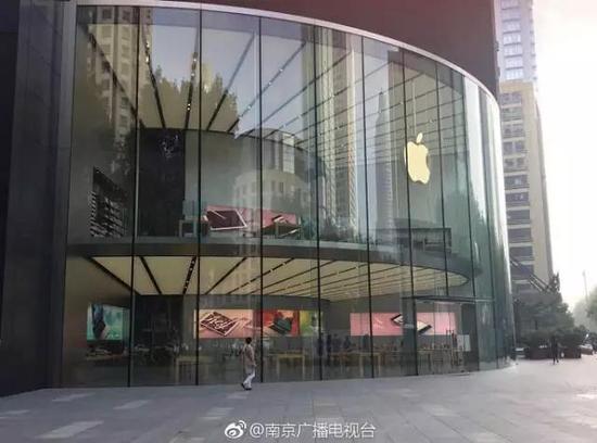 IPhone8北京首发现场,隆重的欢迎仪式,但王府井店门口一共就四个人……