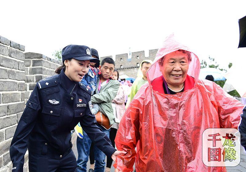 国庆节、中秋节两节到来,北京市公安局全员在岗,坚守一线,保障群众的财产安全。图为民警帮助游客。北京警方供图千龙网发