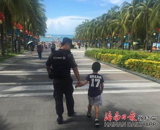 8岁男孩天涯海角景区走失 三亚特警队员18分钟快速找回