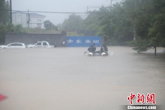 湖北恩施强降雨致多人被困消防紧急转移(图)