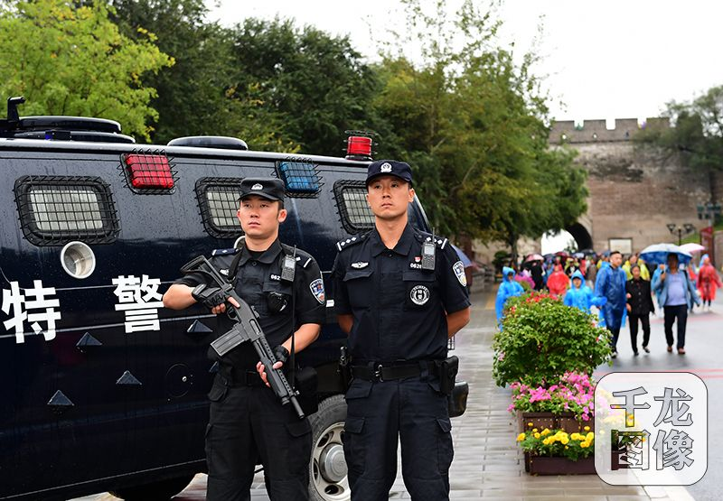 国庆节、中秋节两节到来,北京市公安局全员在岗,坚守一线,保障群众的财产安全。图为执勤中的特警。北京警方供图千龙网发