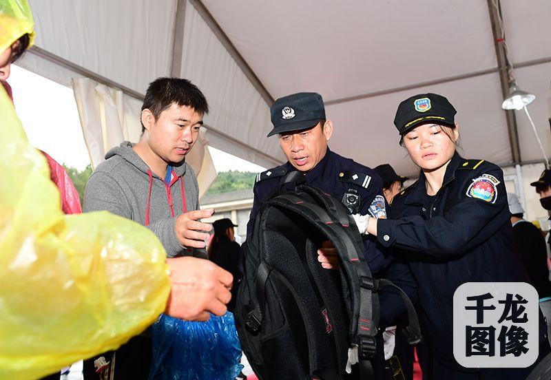 国庆节、中秋节两节到来,北京市公安局全员在岗,坚守一线,保障群众的财产安全。图为民警维护景区安全。北京警方供图千龙网发