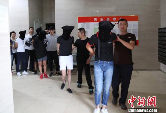 图为:丽水警方在河南洛阳抓获涉案嫌疑人。丽水警方供图