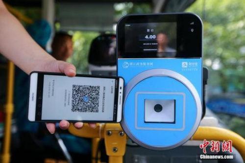 资料图:民众乘坐交通工具出行时使用手机支付。中新社发许康平摄