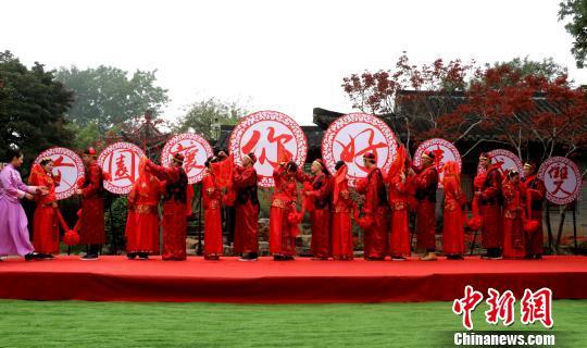 """扬州上演复古婚礼8对新人""""穿越时空""""300年"""