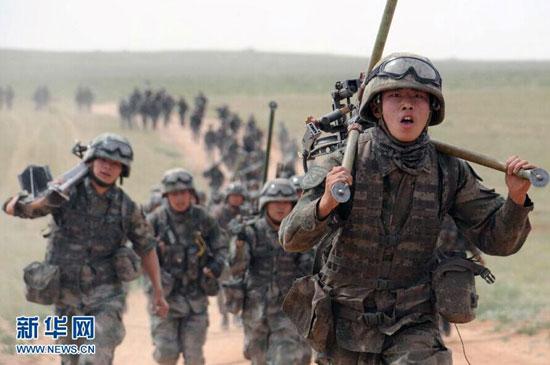 我军传统5公里越野升级为8公里步兵综合训练