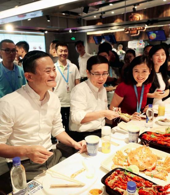 """7月4日,阿里两大巨头联袂来到盒马上海金桥店,盒马""""认祖归宗""""。图片来源:IC"""