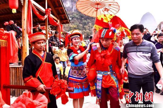 广西恭城瑶乡再现传统水上瑶族婚嫁习俗