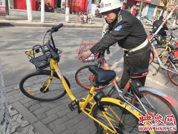 共享单车被贴广告二维码。