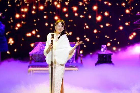 黄圣依节目中穿旗袍演绎歌女 复古造型获赞