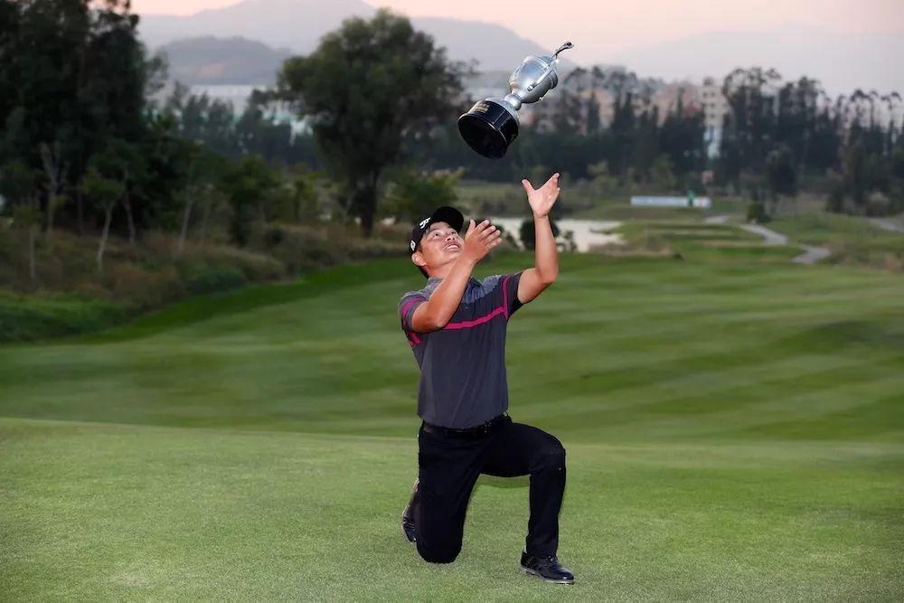 肖博文捧杯亚洲高尔夫锦标赛 首冠即获亚巡全卡