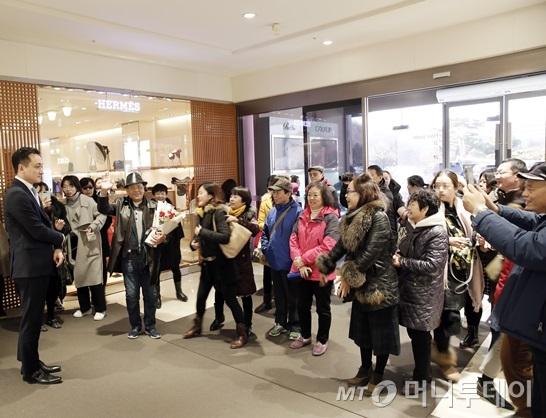 韩国免税店举花束欢迎中国游客:9个月 可盼来了!