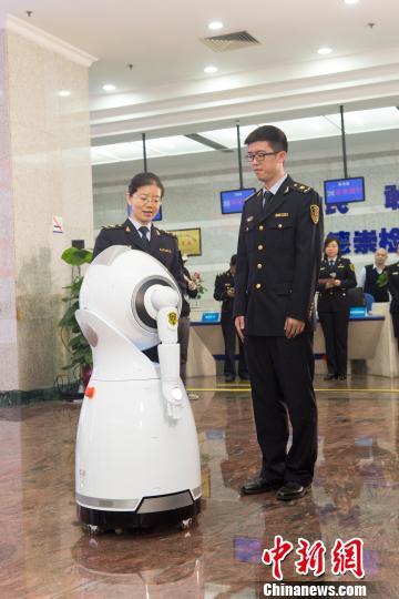 机器人正在进行人脸信息录入郭军摄