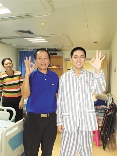 """基本康复的阮庭玉和爷爷在病房里高兴地打出""""OK""""的手势本报记者凌剑伊摄"""