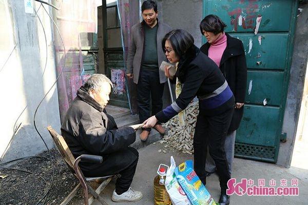 枣庄市体育局领导到帮包村开展送温暖活动