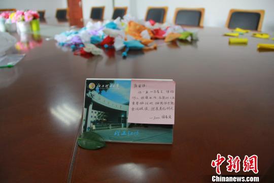 12月22日,江西理工大学一学生展示自己收到的老师寄语。 梅艳国摄