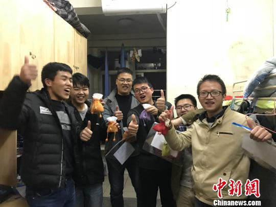 12月22日晚,收到锦囊的考研学子相互鼓励。 梅艳国摄