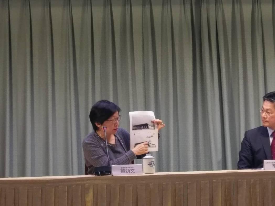 """台外事部门改口承认印错""""护照"""" 全数回收重印"""