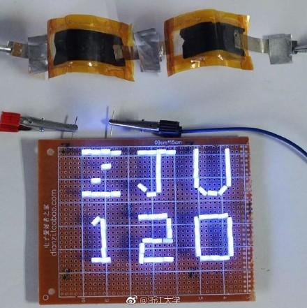 新型铝-石墨烯超级<a href=http://www.ohauto.cn/qichepeijian/2012-03-11/563.html target=_blank class=infotextkey>电池</a>耐高温严寒充电5秒可通话2小时2