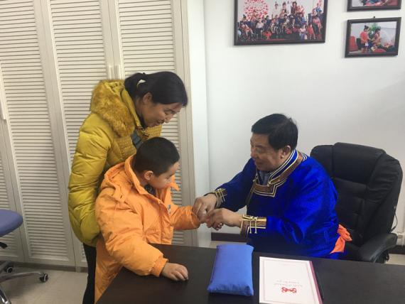 2017年12月12日,王布和在康复中心为脑瘫患儿义诊。新华社记者陶虹摄