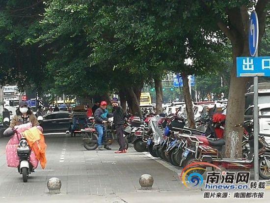 由于骑车者不肯交停车费,吴某叫骑车者把车停到其他地方去。
