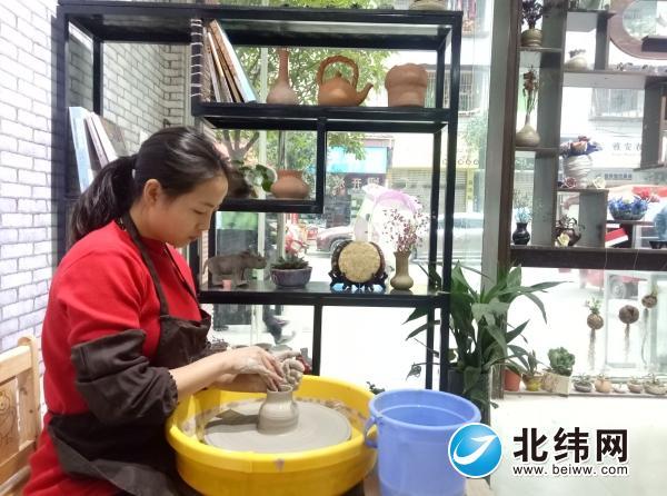 雅安:回乡创办陶艺馆 入驻服务中心谋