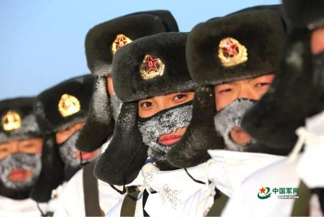 探访西藏边防:官兵翻山越岭送蔬菜_半路冻成冰坨坨