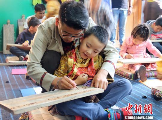 藏文书法老师达瓦多杰在为学生做示范。 达瓦多杰摄