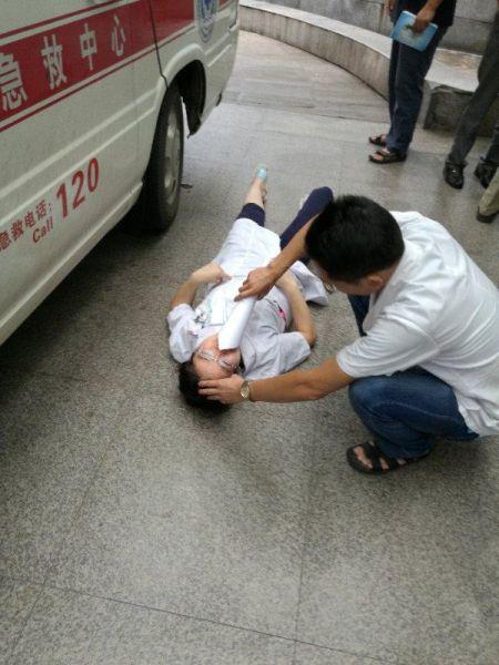 female doctor Zhou Zhen tired fall in an ambulance YanLinZhong provide