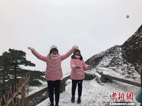 游客在黄山冬雪中嬉戏。 汪钰摄