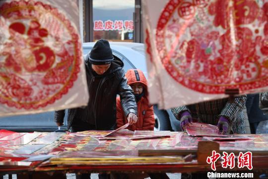 传统的春联深受村民喜爱张瑶摄