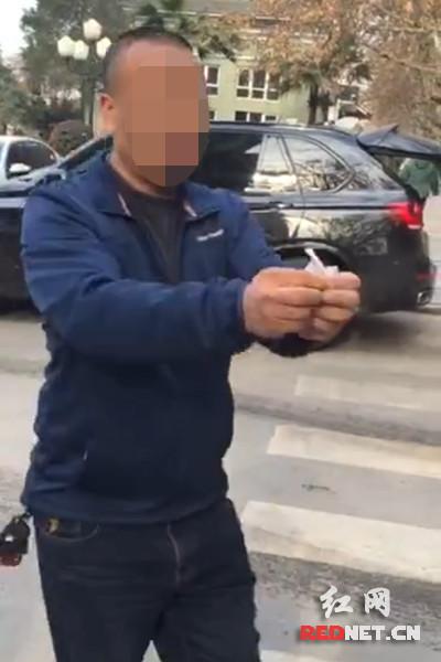违停车主将违法处理通知书当着交警面撕毁。