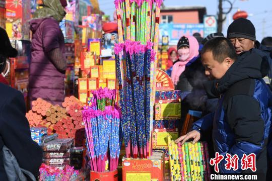 传统爆竹是集市上不可缺少的年货张瑶摄