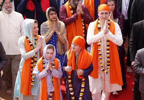 2月21日,印度阿姆利则,加拿大总理贾斯廷·特鲁多一家参观锡克教圣地金庙。来源:视觉中国