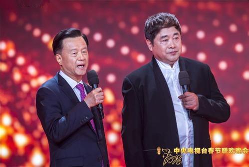 故宫博物院院长单霁翔、世茂集团董事局主席许荣茂在春晚舞台上。