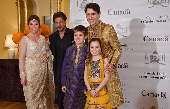 2月20日,印度孟买,加拿大总理贾斯廷·特鲁多一家与宝莱坞明星会面。来源:视觉中国