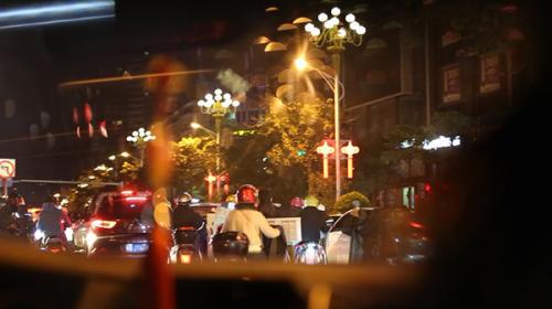 到了凌晨,安福电商城附近异常拥堵,停着大量的拉货摩托车。